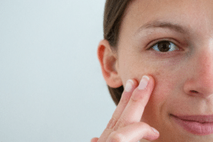 Le contour des yeux est une zone très sensible